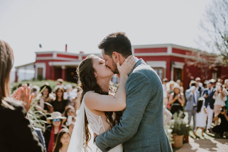 novios beso ceremonia casamiento aire libre
