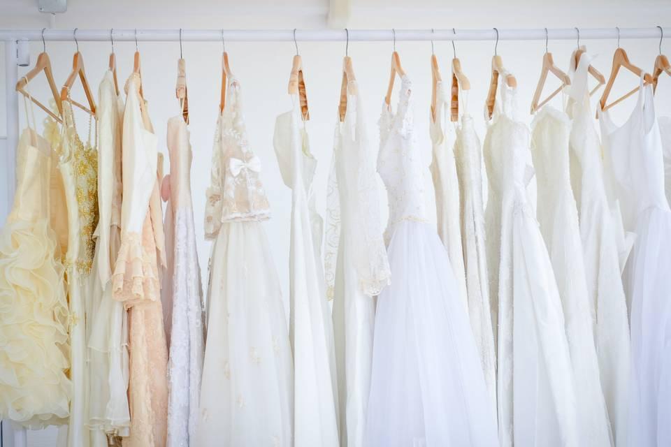 vestidos de novia usados colgados en perchero