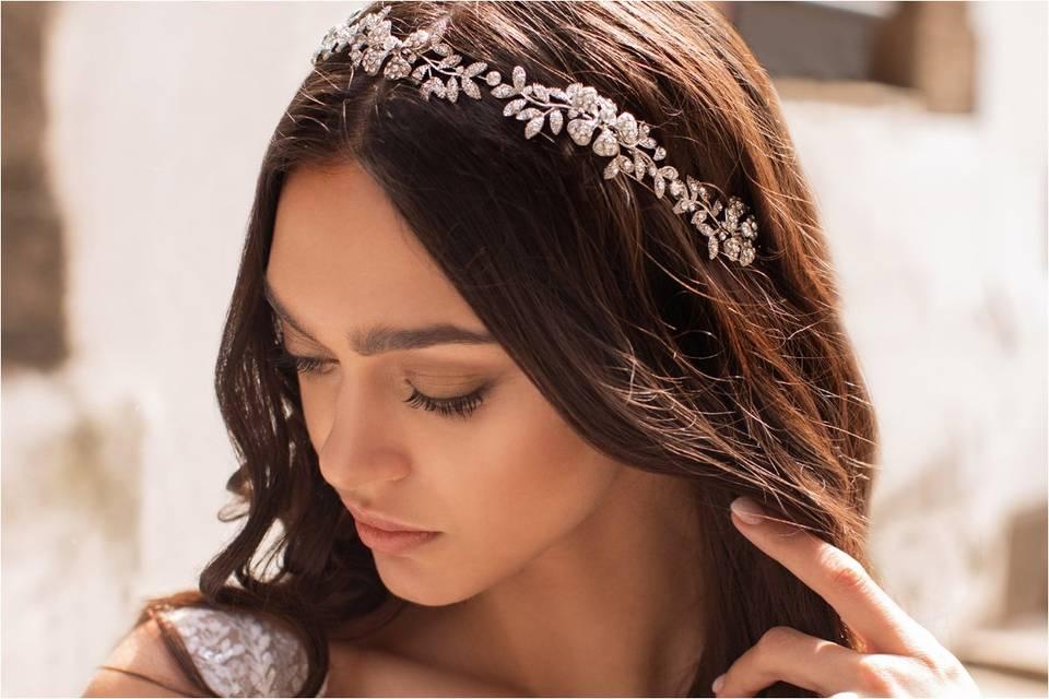 ¿Cómo elegir una tiara según tu peinado de novia?
