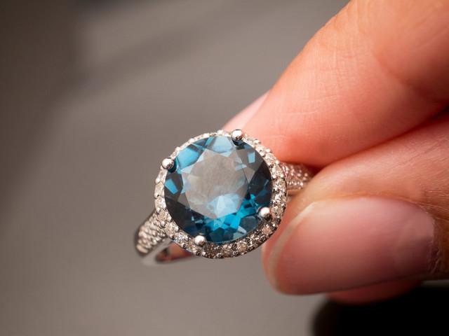 Anillos de compromiso: 15 ideas con piedras preciosas azules