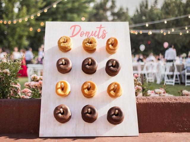 Tabla de donuts DIY: armen un rincón dulce para su casamiento