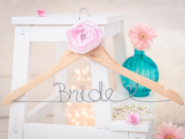 Paso a paso: personalicen las perchas de su casamiento