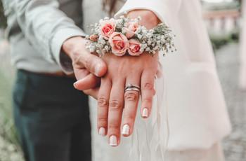 ¿Cómo combinar la alianza con el anillo de compromiso?