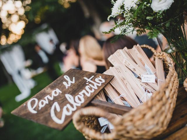 Abanicos, sombrillas y lentes de sol, souvenirs top para casamientos al aire libre