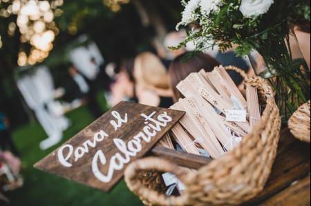 Abanicos, sombillas y lentes de sol, souvenirs top para casamientos al aire libre