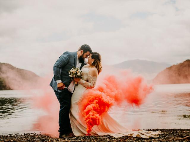 Bengalas de humo para casamientos: conozcan todo sobre esta tendencia a puro color