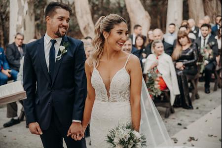 50 vestidos de novia con escote en V: la opción más elegante y versátil