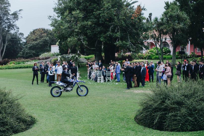 Novios llegando en moto al casamiento