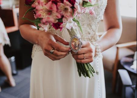 Camafeo para el ramo de novia: homenajeá a tus seres queridos ausentes