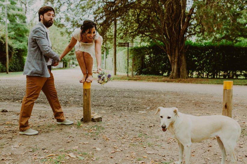 novios con perro sesión preboda