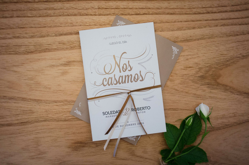 Tarjeta de casamiento letras doradas