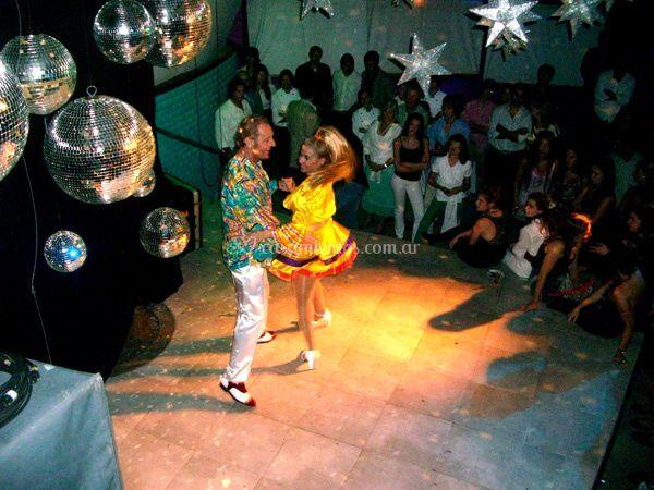 Bailando en plena fiesta