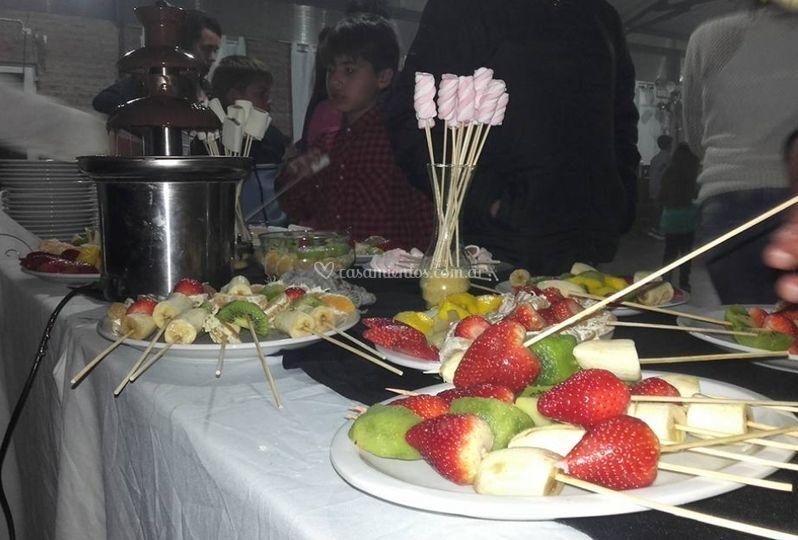 Mesa de dulces y frutas