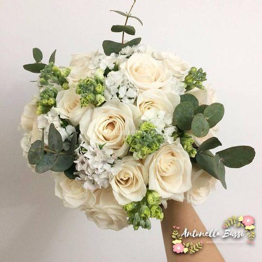 Bouquet con rosas y eucaliptus