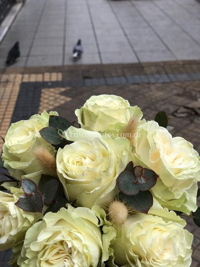 Rosas dobles y eucalipo
