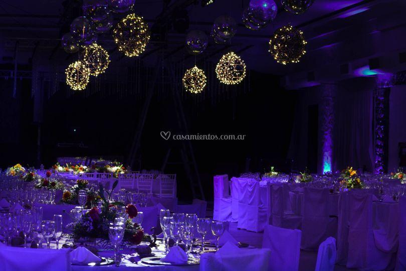 Esferas con luces en salón