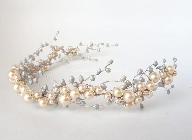 Tocado de perlas y pimpollos