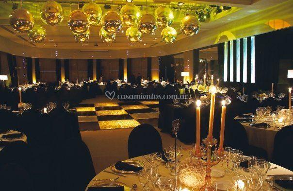 Interior con mesas montadas