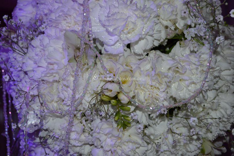 Esfera de flores y caireles