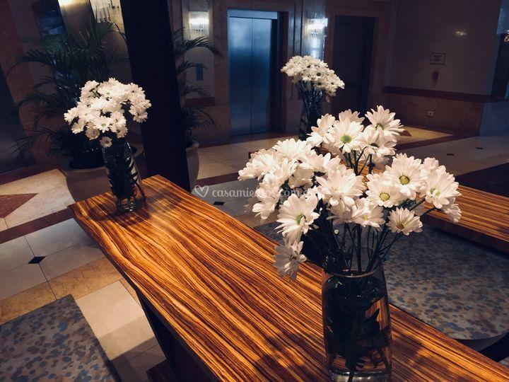 Recepcion con flores blancas
