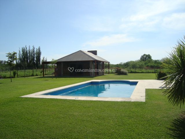 Chalet  y piscina vista este