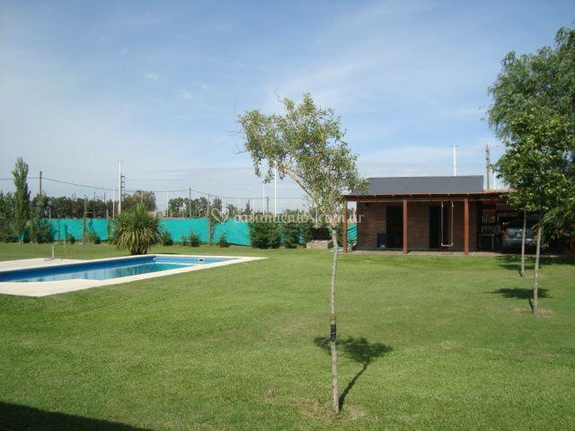 Vista piscina y pérgola