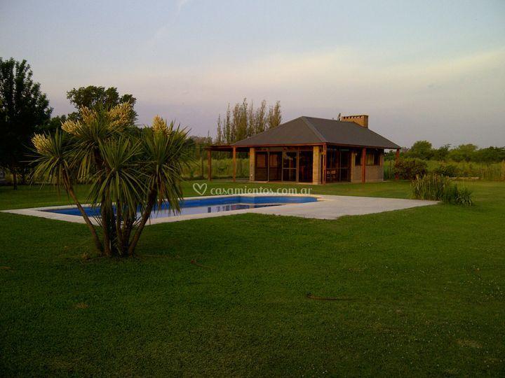 Vista del chalet y piscina