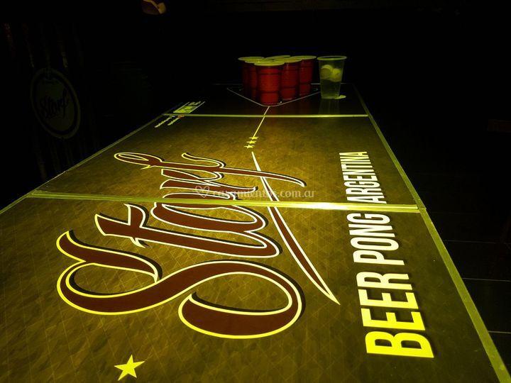 Mesa de beer pong con vasos