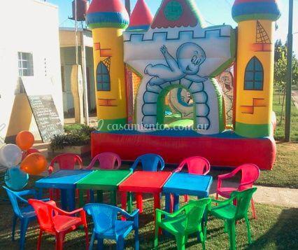 Castillo con sillas y mesas