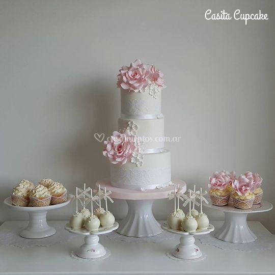Torta y mesa dulce romántica