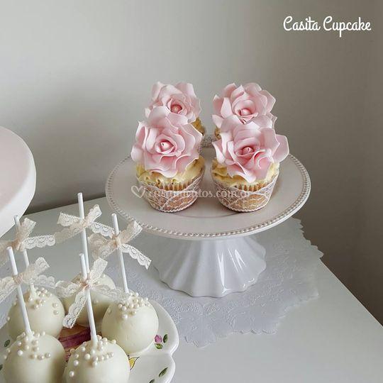 Cupcakes con rosa de azúcar