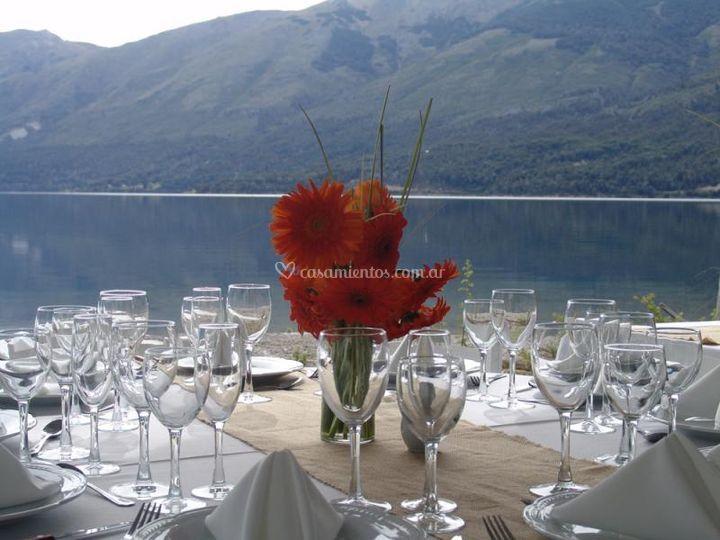 Mesas frente al lago