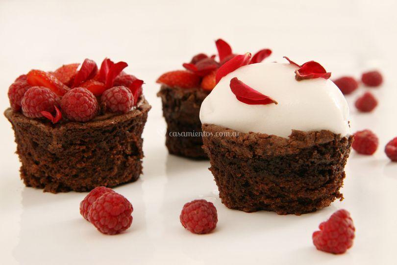 Budincitos de chocolate, con frutos del bosque