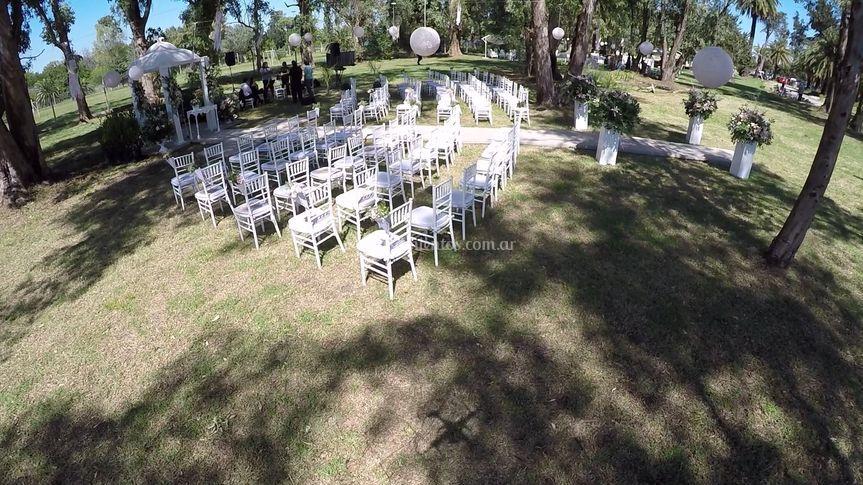 Ceremonia bajo los arboles