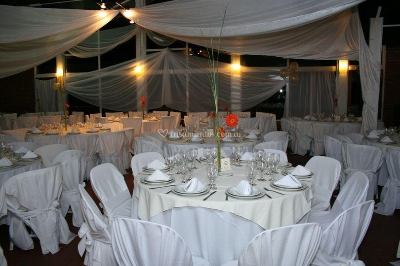 Mesa vestida en blanco
