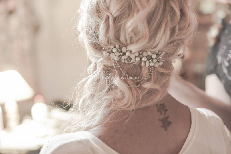 Peinado con accesorios y maquillaje