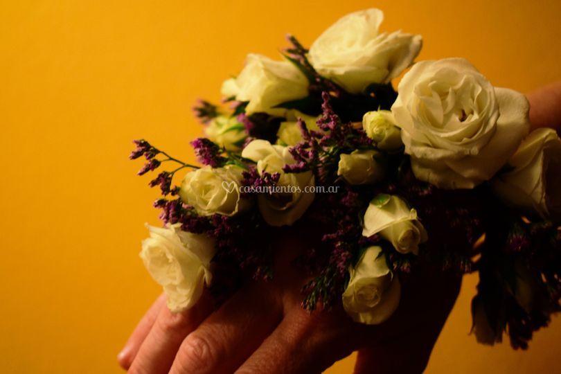 Muñequera con flores naturales