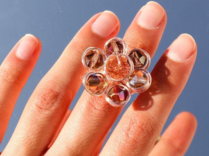Anillo de perlas de vidrio.