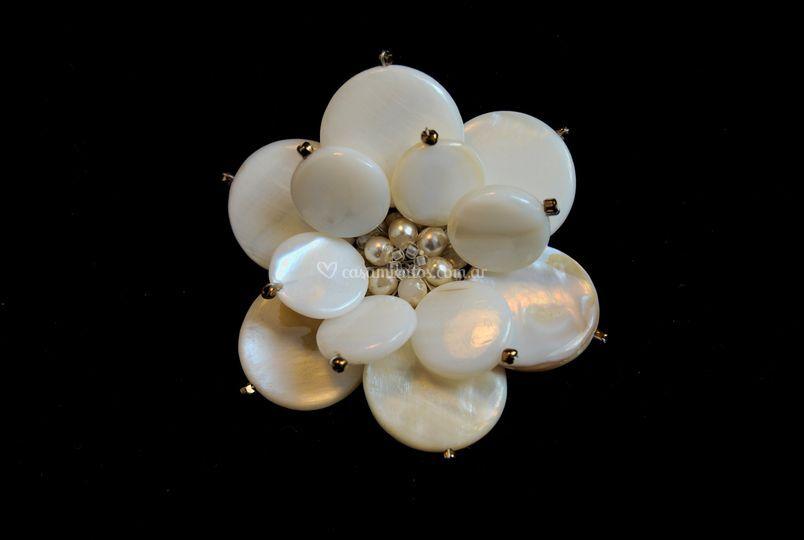 Flor confeccionada con círculos de nacar