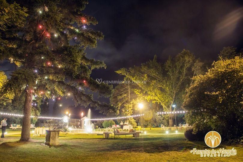 Parque iluminado y ambientado
