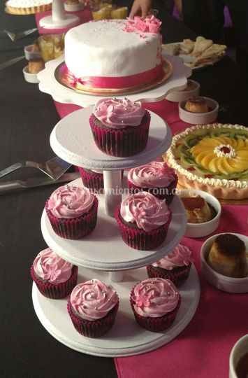Mesa dulce y torta simbólica