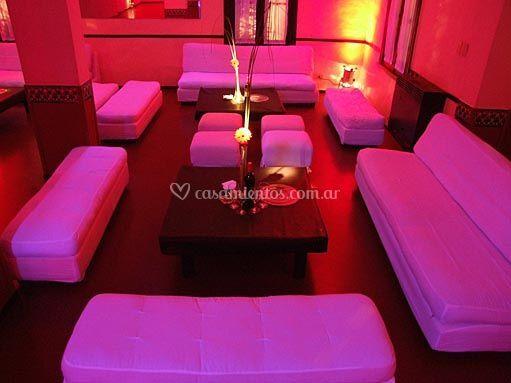 Sala iluminada en rosa