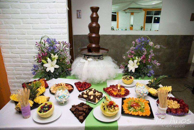 Mesa con la fuente de chocolate