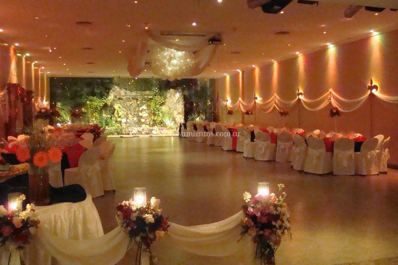 Salón principal con iluminación naranja