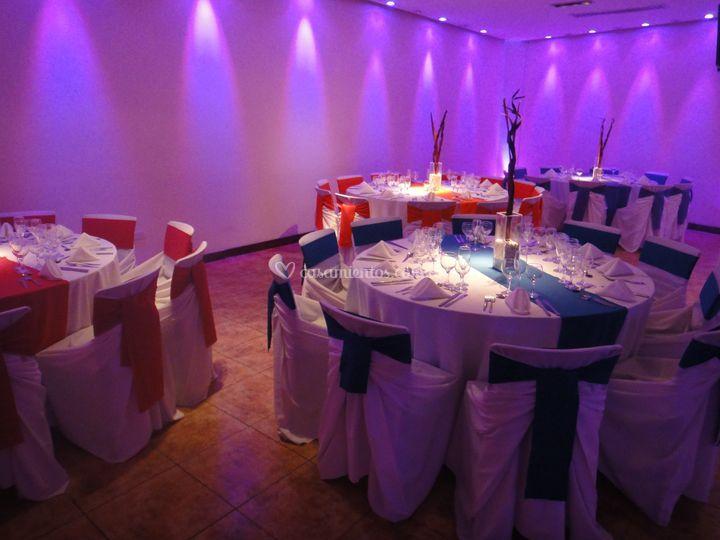 Una mesa de cada color con bl