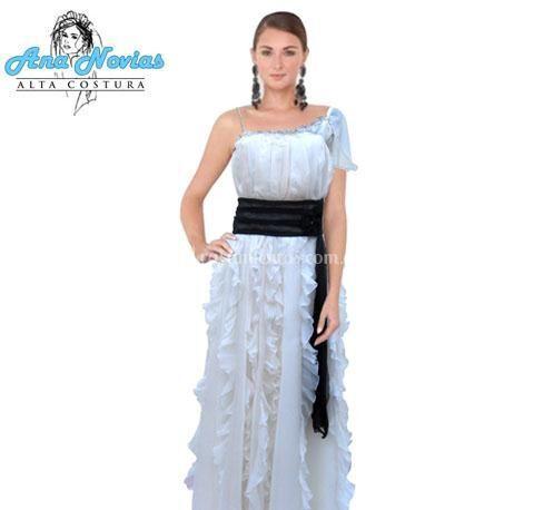 Modelo en color marfil en gasa de un solo hombro con falda de volados y cintura con color contrastado (color a elegir)