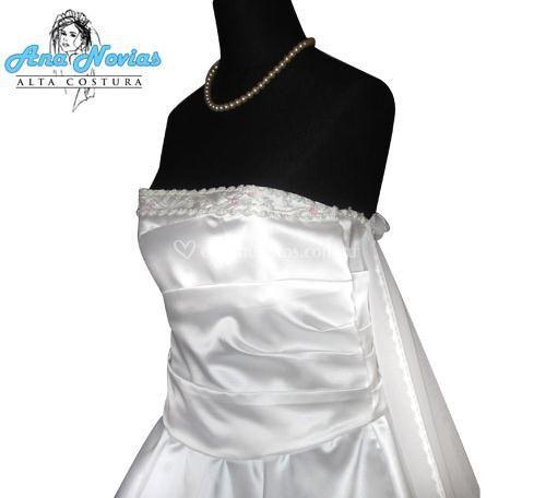 Modelo en raso y corset drapeado