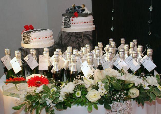 Mesa con torta y souvenirs