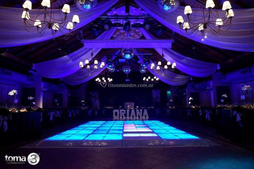 Salón grande con pista LED