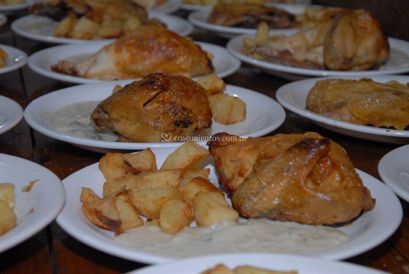 Pollo con salsa de champ.
